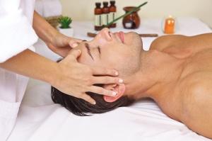 Mann im Spa bekommt Massage am Kopf
